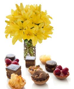 pasticcini-con-bouquet-di-gigli-gialli